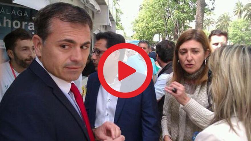 VÍDEO | Concejales del PP obligan a retirar carteles de Málaga Ahora de un stand LGBTI en una feria