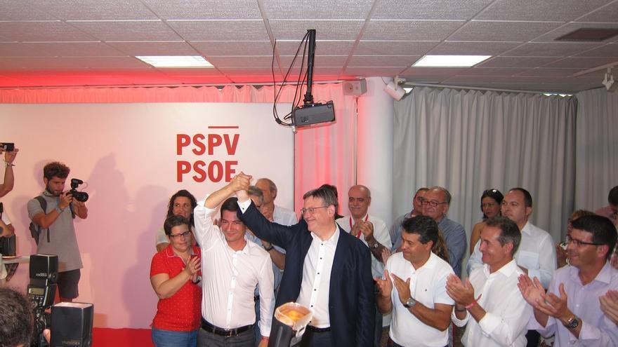 Rafa García levanta el brazo de Ximo Puig, tras conocer los resultados.