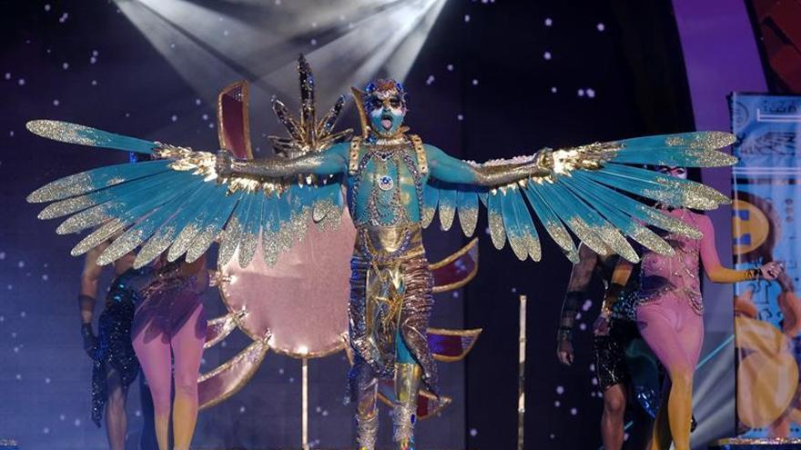 Drag Gio y High Heels Performance, con su fantasía 'Brilla cuando no luce el sol'. (EFE/Angel Medina G.).