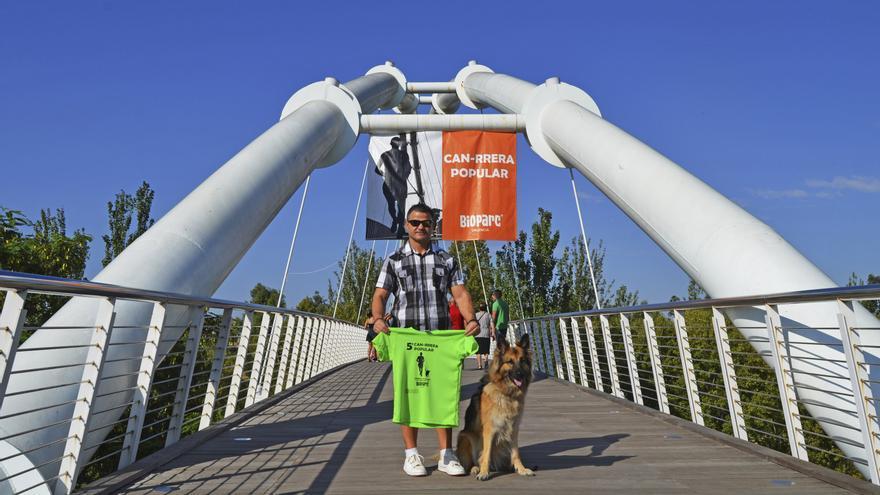 El campeón paralímpico, David Casino, junto a su perra Farala