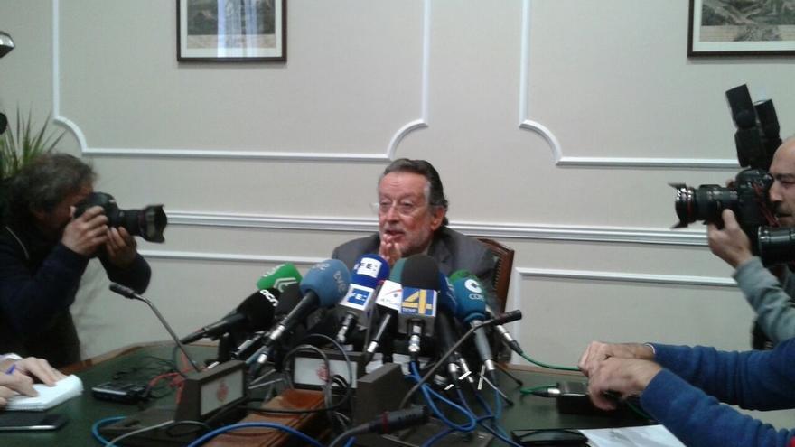 Grau dice que no está imputado y que él responde a las normas del PP