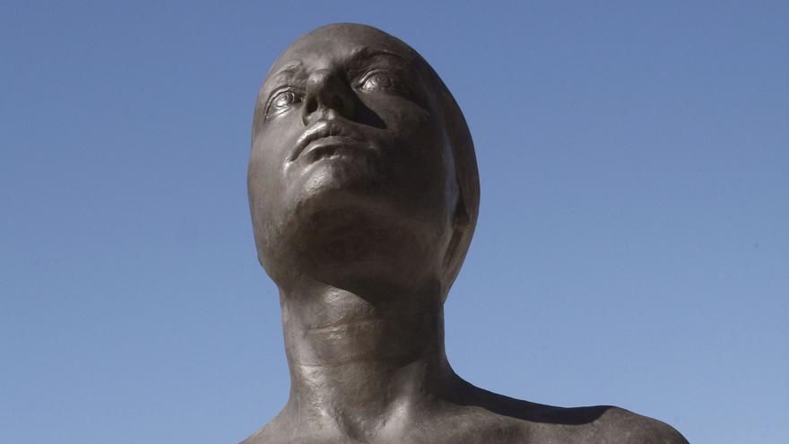 """El escultor Antonio López posa en 2010 delante de """"La mujer de Coslada""""durante la inauguración oficial de la obra."""
