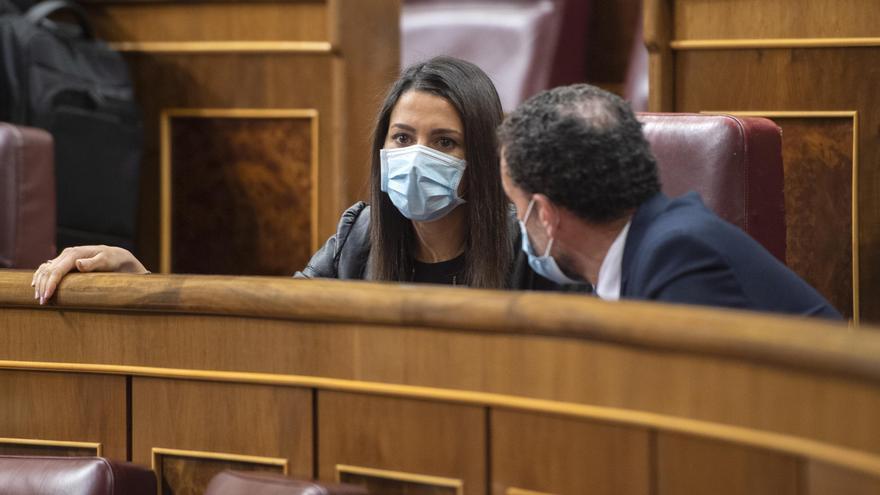 La presidenta de Ciudadanos, Inés Arrimadas, conversa con el portavoz parlamentario adjunto de Cs, Edmundo Bal, durante una sesión plenaria en el Congreso de los Diputados.