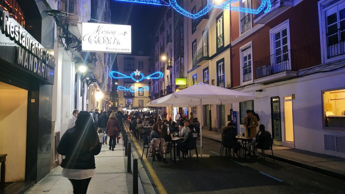Terraza habilitada en la calzada de la calle Daoíz y Velarde de Santander. Imagen de archivo.