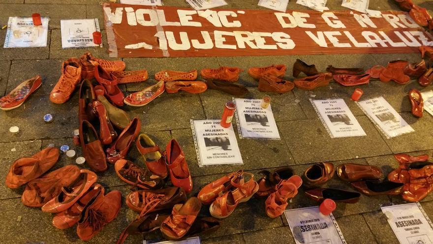 En la Puerta del Sol de Madrid, zapatos rojos contra la violencia de género / Mercedes Domenech