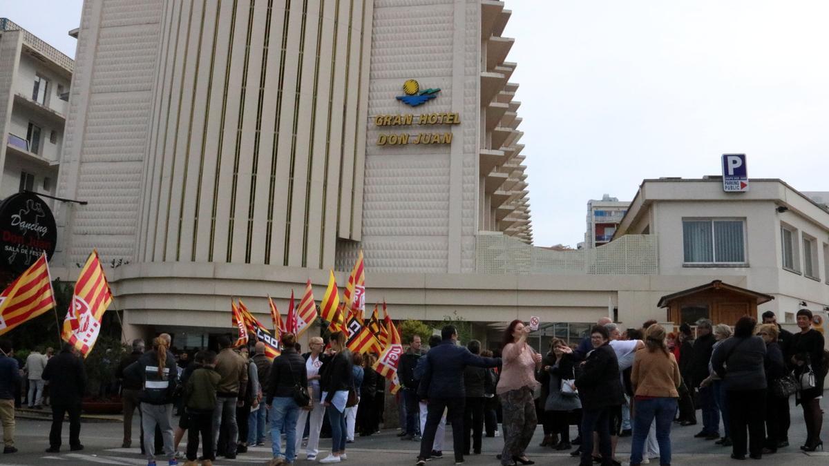 Protesta de los trabajadores frente al hotel