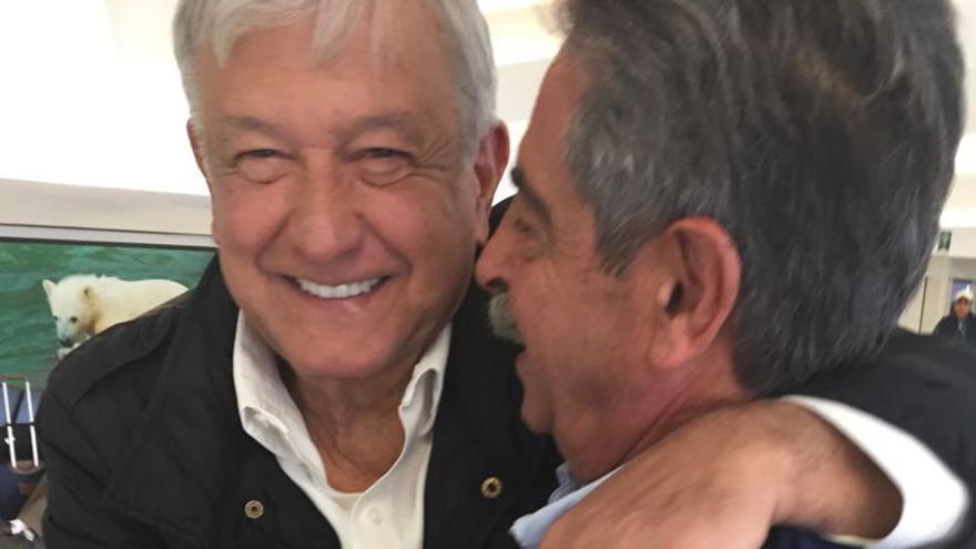 López Obrador recibió a Revillla en el aeropuerto a su llegada a México.