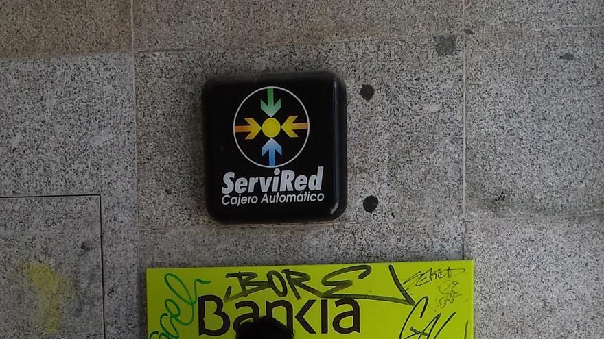 Un cliente de Bankia hace uso de un cajero automático en Madrid. / J. P. V.-G.