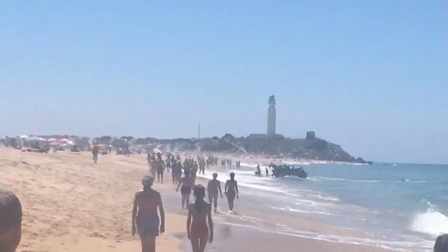 Varias decenas de personas llegan en patera por sus propios medios a la playa de Zahora
