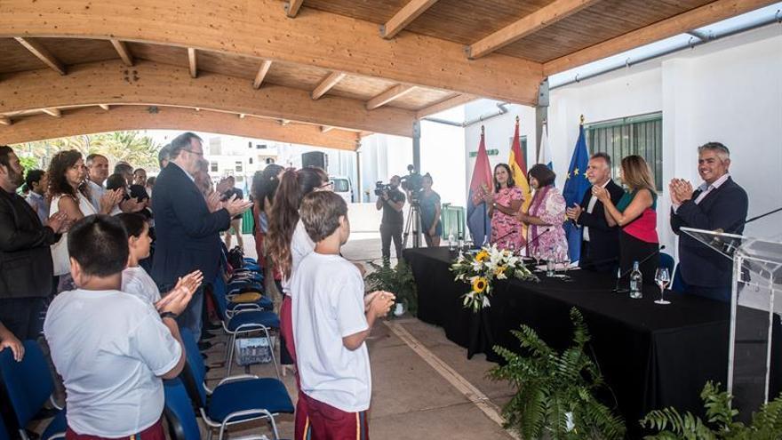 El presidente del Gobierno de Canarias, Ángel Víctor Torres (3d), ha asistido este lunes a la apertura del curso escolar 2019-2020 en las islas, celebrado en el colegio Argana Alta, en Arrecife (Lanzarote).