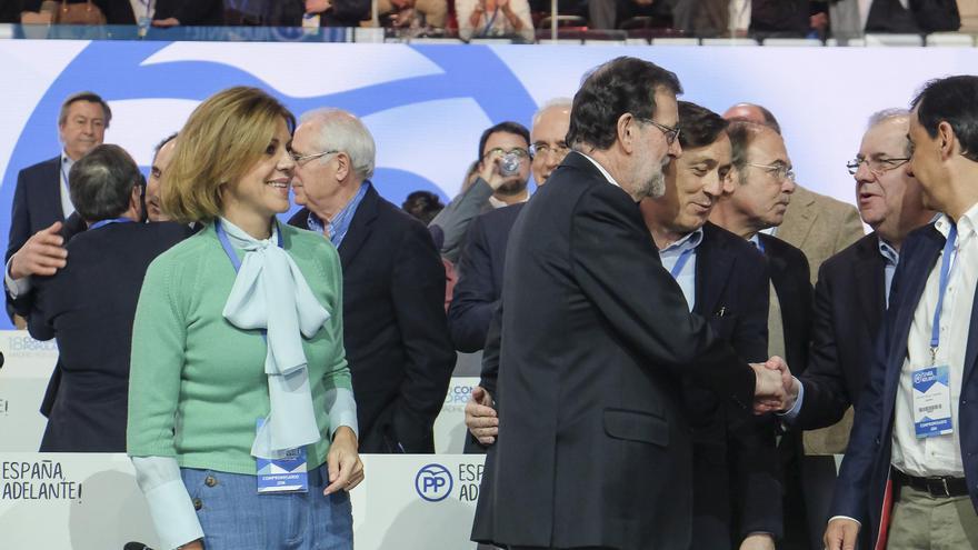 Mariano Rajoy saludando a Juan Vicente Herrera, presidente de la Junta de Castilla y León. Al lado, María Dolores de Cospedal y Rafael Hernando.
