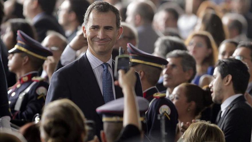 El príncipe Felipe parte de El Salvador tras asistir a la investidura de Sánchez