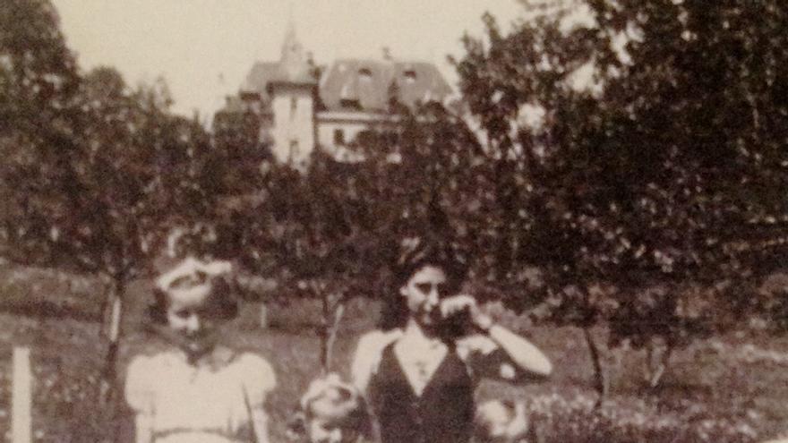 Antes de la matanza: Olga posa en Tulle con los tres hijos de la familia Tresallet