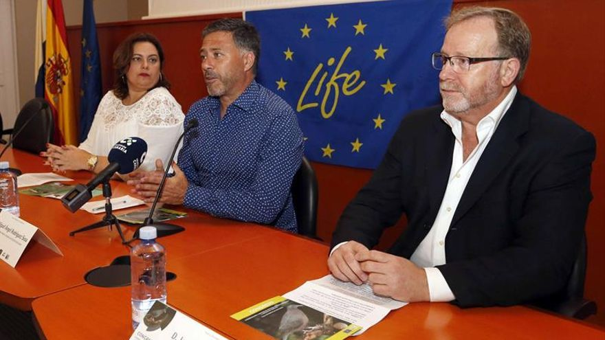 El consejero de Medio Ambiente del Cabildo de Gran Canaria, Miguel Ángel Rodríguez (c), el presidente de la Heredad de Aguas de Arucas y Firgas, Jose Carlos Cubas (d), y la consejera delegada de Gesplan, Beatriz Calzada
