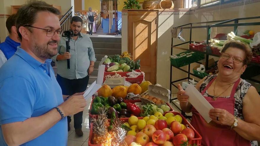 Asier Antona visita el Mercadillo Municipal de Mazo