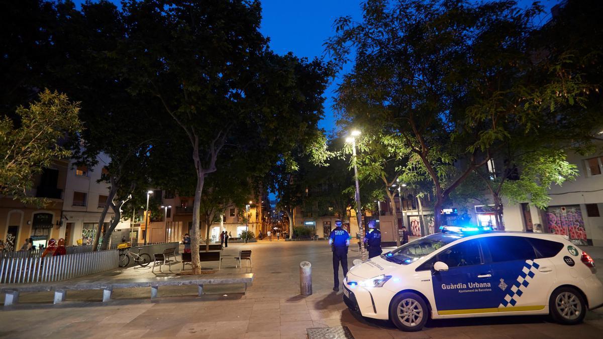 Una patrulla de la Guardia Urbana de servicio por las plazas del Barrio de Gracia para impedir el botellón. EFE/Alejandro García/Archivo