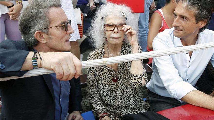 La duquesa de Alba con el alcalde de Santander en una corrida.