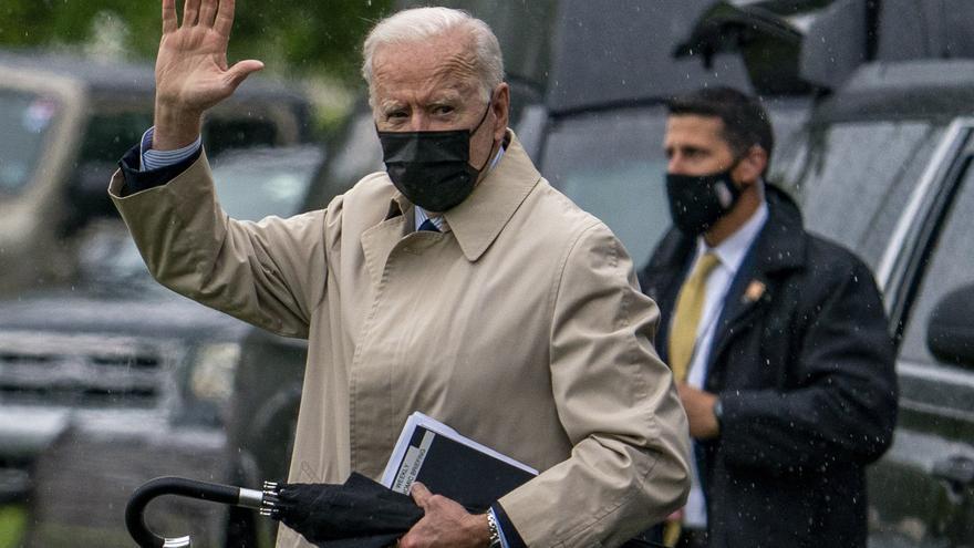 El presidente de Estados Unidos, Joe Biden, camina cerca de la Casa Blanca en Washington.