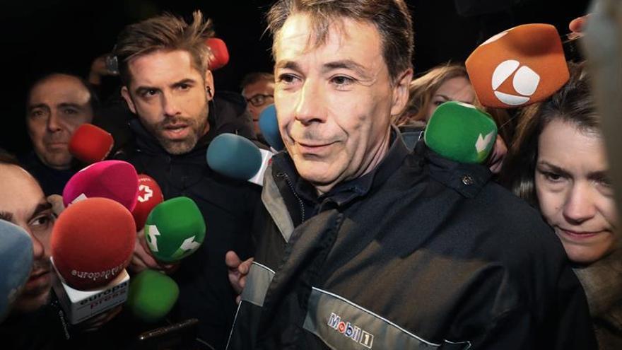 El expresidente de la Comunidad de Madrid Ignacio González (c), rodeado de periodistas, a su salida de la madrileña carcel de Soto del Real. EFE