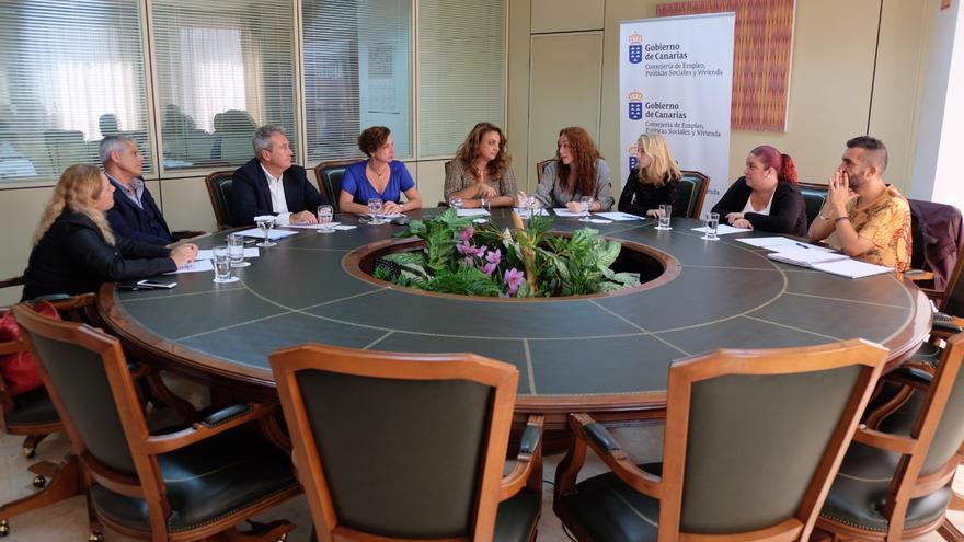 La activista Inma Évora y la consejera de Políticas Sociales, Cristina Valido en una reunión con los vecinos de Añaza.