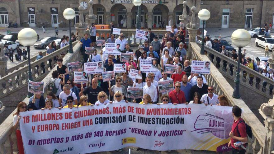 Inicio de la manifestación de las víctimas del Alvia, en la estación de tren de Santiago