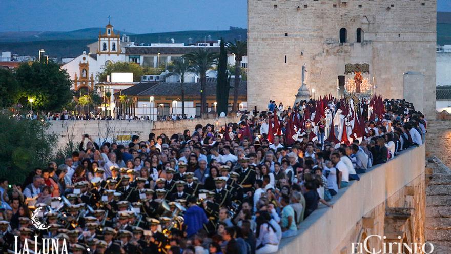 Una multitud, este Viernes Santo en el Puente Romano | ÁLEX GALLEGOS