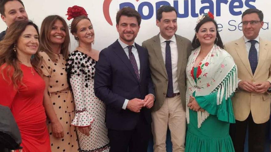 El presidente de la Junta y líder andaluz del PP, Juan Manuel Moreno, acompaña al candidato a la Alcaldía de Sevilla, Beltrán Pérez, en la Feria.