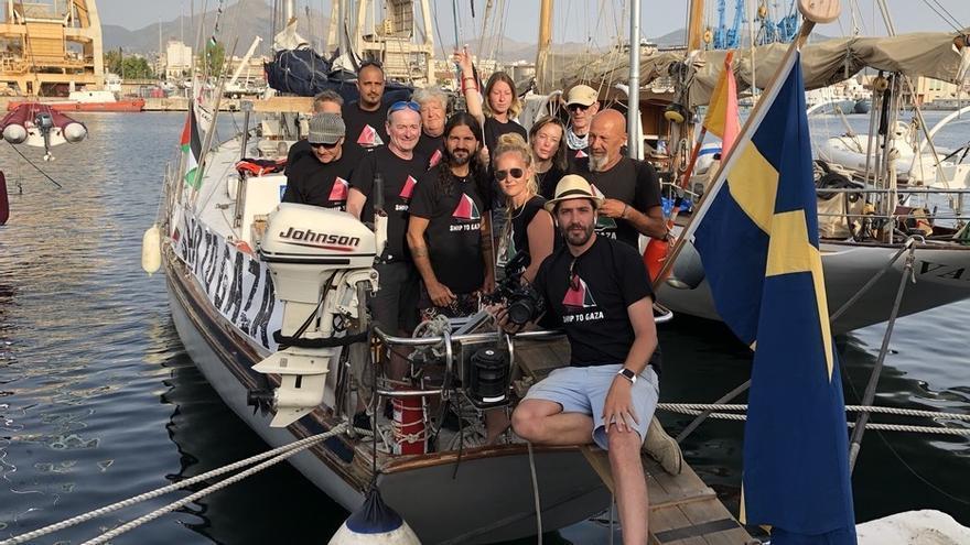 La tripulación del barco sueco arrestado por Israel, con el periodista español en primer término.