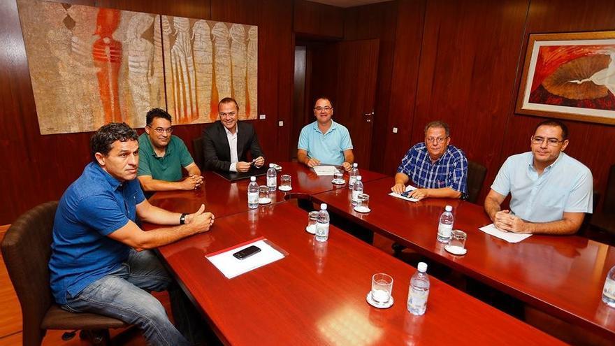 Los cinco presidentes de los clubes de élite de Las palmas de Gran Canarias junto al alcalde de la ciudad capitalina, Augusto Hidalgo.