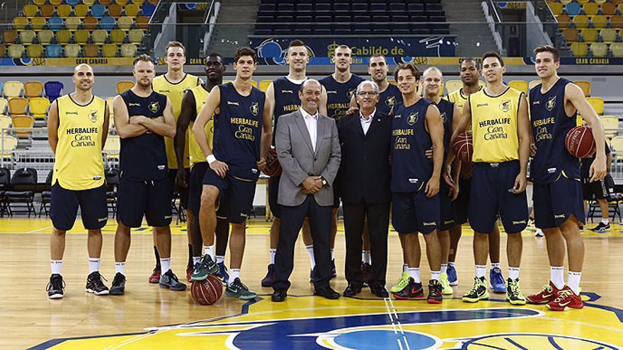 El director general de Deportes del Gobierno de Canarias, José Francisco Pérez Martín durante su visita al Gran Canaria Arena junto al presidente del Herbalife Gran Canaria, Miguelo Betancor y la plantilla del conjunto isleño.