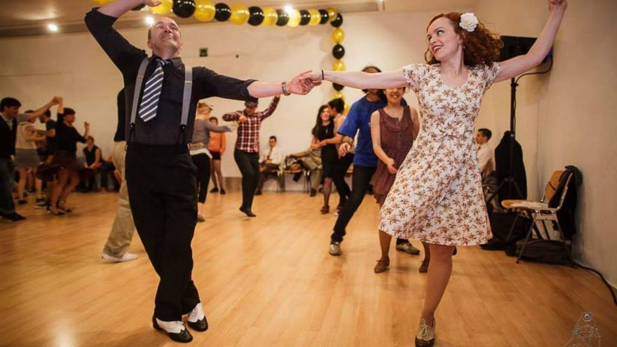 f106ac6aff Una pareja bailando Swing. Foto  DenaFlows.