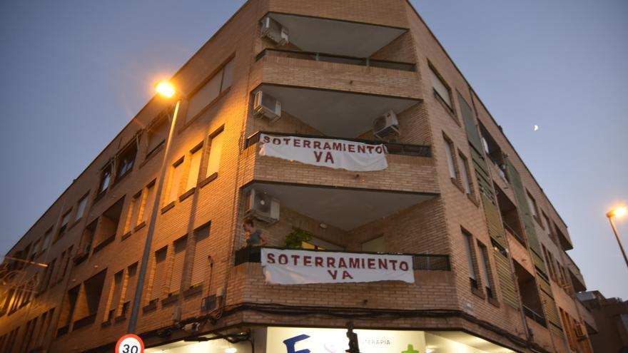 Pancartas de Soterramiento Ya en el paso a nivel de Santiago el Mayor 7 / CARLOS TRENOR