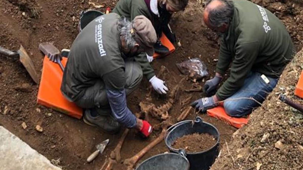 Imagen de la exhumación de los restos