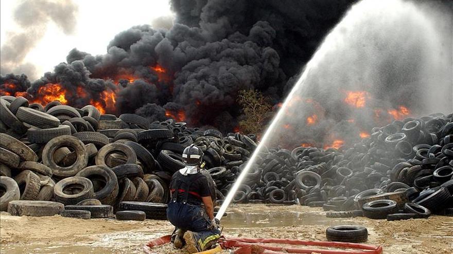Tercer incendio en 10 años en una planta que recicla neumáticos en Ceutí (Murcia)