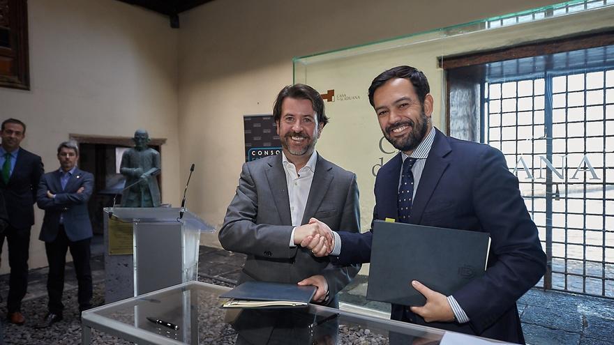Alonso, a la izquierda, y el alcalde de Puerto de la Cruz, Lope Afonso, tras la firma del convenio