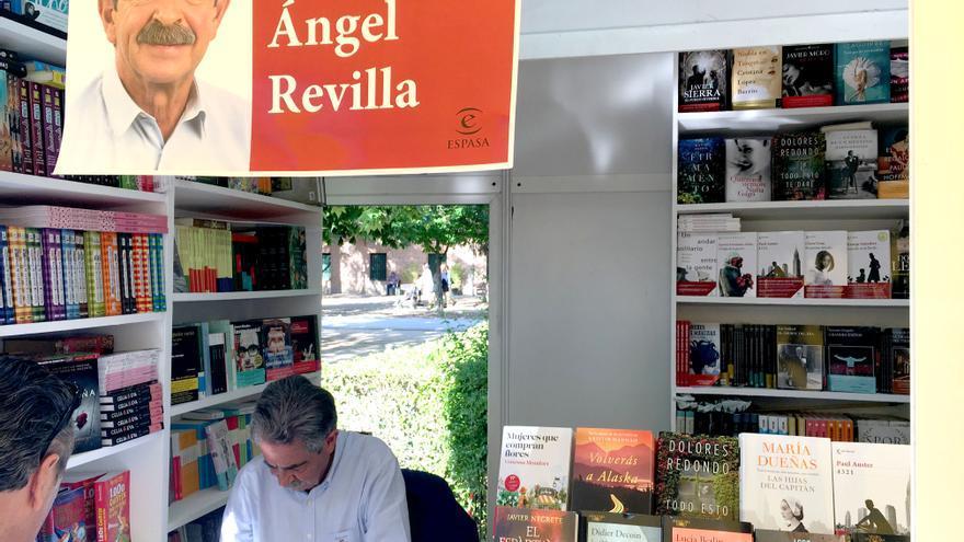 Miguel Ángel Revilla firmando ejemplares en la caseta de El Corte Inglés