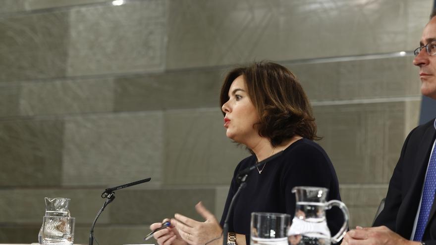 Sáenz de Santamaría cuestiona la veracidad de las grabaciones de Fernández Díaz y pide prudencia