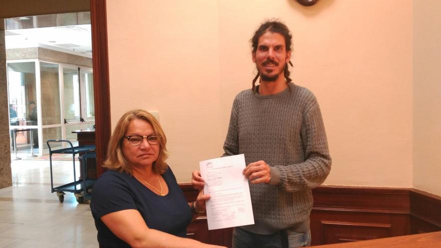 Meri Pita y Alberto Rodríguez con el escrito en el que solicitan información relativa al descubrimiento de telurio en aguas próximas a Canarias