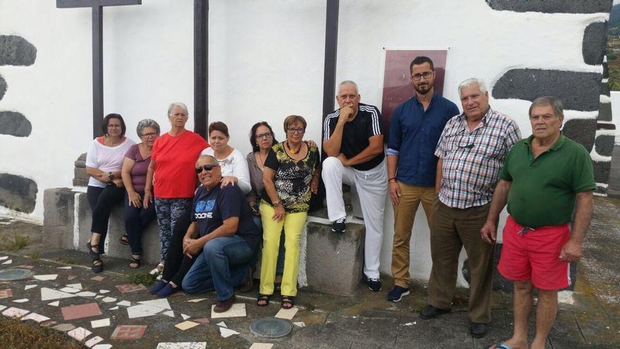 Bernardo López (tercero por la derecha), con vecinos y vecinas del barrio de El Planto de Santa Cruz de La Palma.