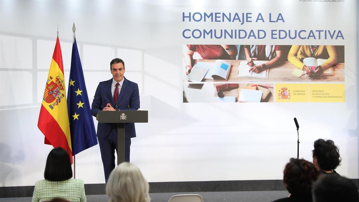 El presidente del Gobierno, Pedro Sánchez, interviene durante un acto de homenaje a la comunidad educativa, en La Moncloa.