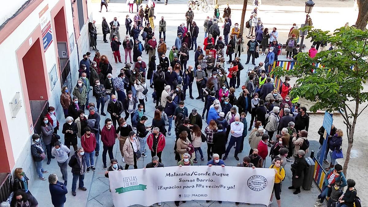 Concentración ante la Casa del Cura a favor de los espacios vecinales de Madrid