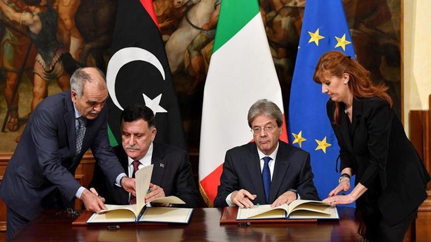 Italia y Libia firman un acuerdo para frenar el flujo migratorio