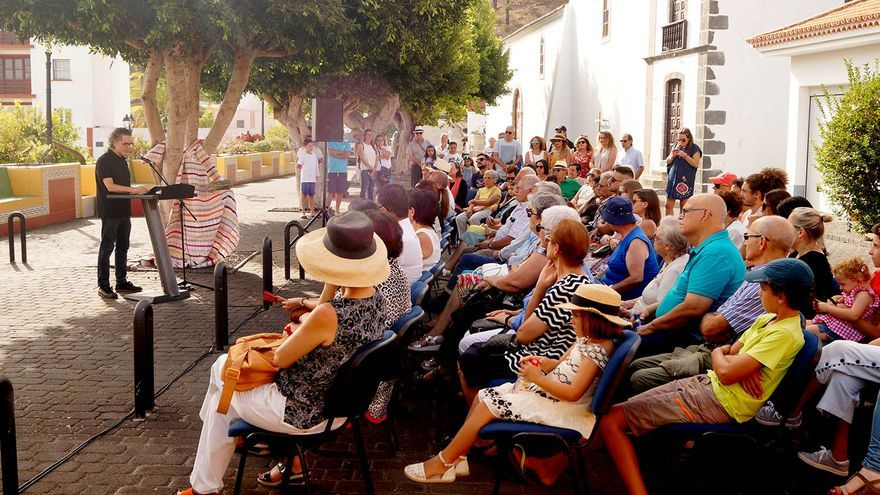 El prestigioso arquitecto Juan Antonio González, durante la lectura del pregón  de las Fiestas de la Vendimia de Fuencaliente.