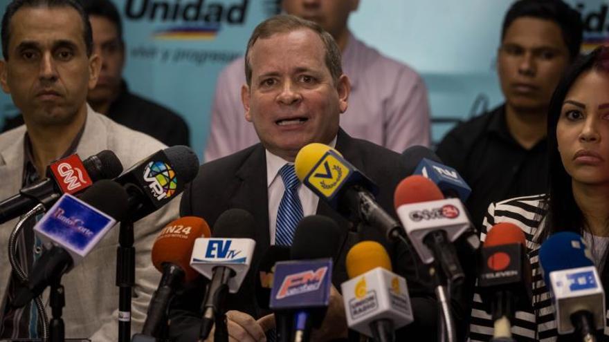 Juan Pablo Guanipa, vicepresidente de la Asamblea Nacional liderada por Juan Guaidó, en compañía de otros diputados, ofrece declaraciones a periodistas este miércoles en la sede del partido político Acción Democrática (AD), en Caracas (Venezuela).