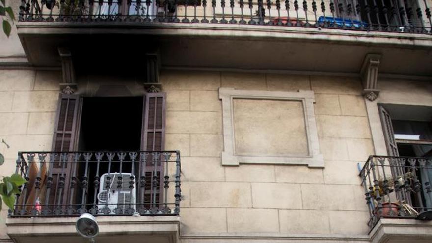 Dos personas críticas y 16 leves en un incendio en un edificio en Barcelona