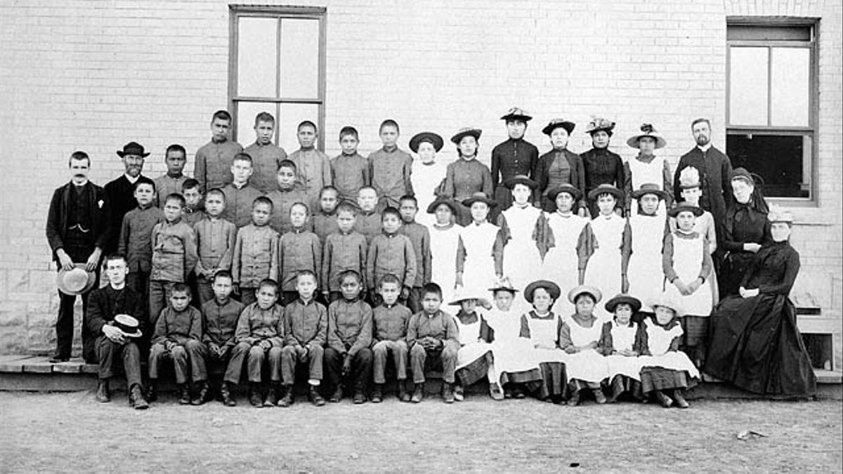 Alumnos de la St. Paul Indian Industrial School, en Manitoba (1901)