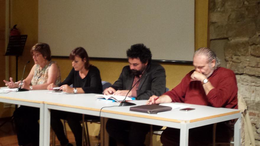 De izquierda a drerecha, Montse Sagarra, presidenta d'Economistes en Acció, Cristina Faciaben, responsable del àrea socioeconòmica de CCOO, Ugo Biggieri y Peru Sasia
