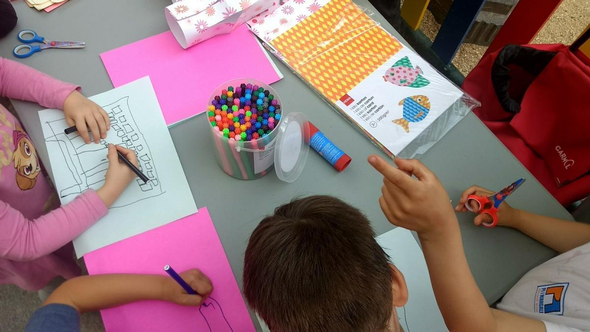 Niños participando en talleres por las Fiestas del Dos de Mayo