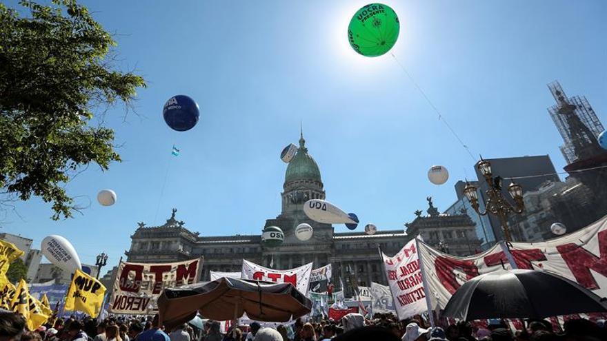 Los sindicatos y la sociedad civil ocupan Buenos Aires por la ley de emergencia social