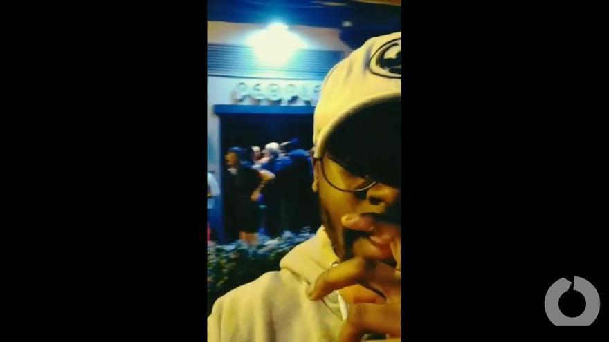 Imagen del vídeo publicado por Abed, en el que se le ve frente a la discoteca denunciando los hechos